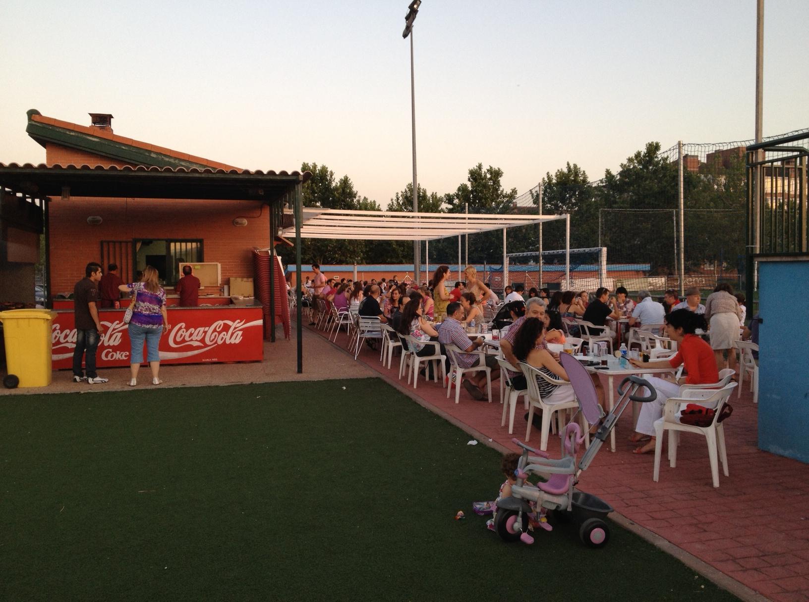 Un Campo De Fútbol Con Barbacoa Entremadres